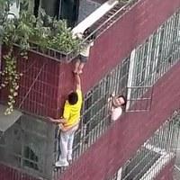 بچه ای که در غیبت والدین تا یک قدمی مرگ رفت