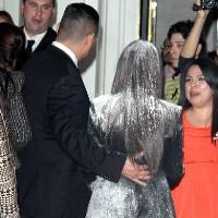 حمله به کیم کارداشیان در یک مراسم با یک کیسه آرد!! + عکس