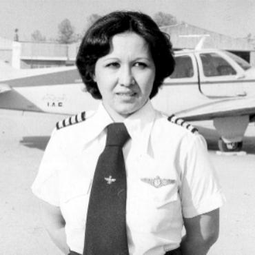 اکرم منفرد اولین زن خلبان ایرانی + عکس
