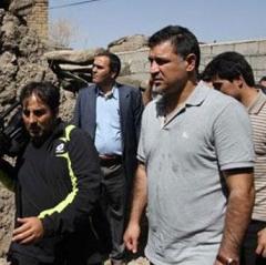 علی دایی در مناطق زلزله زده + تصاویر
