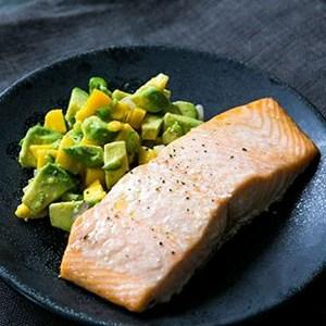طرز تهیه ماهی سالمون با انبه و آووکادو
