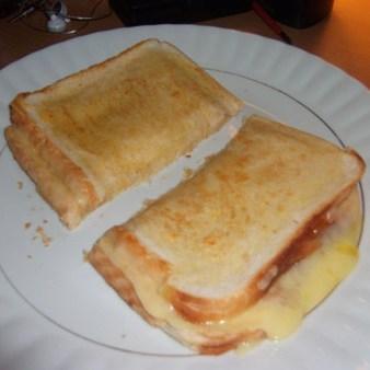 طرز تهیه نان تست پنیری