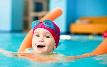 کودک از چه سنی می تواند آموزش شنا ببیند؟
