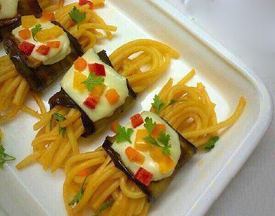 روش تهیه رول بادمجان و اسپاگتی