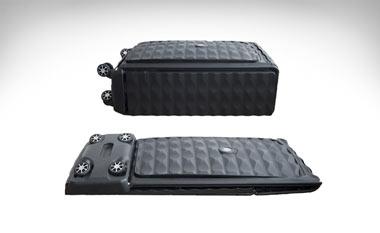 آیا از جمع کردن چمدان چهار گوش خود خسته شدهاید؟ نگران نباشید Néit چمدان جدیدی با قابلیت مسطح شدن و جمع شدن تولید کرده تا شما به راحتی آن را در هر مکانی قرار دهید. این چمدان هوشمند را میتوان به راحتی تا کرد و در گنجه با قلاب مخصوص آویزان و یا آن را در زیر تخت پنهان کرد. طراحی منحصر به فرد این چمدان هوشمند موجب دوام و سختی آن شده است. چرخهای این چمدان دارای چرخش 360 درجه بوده تا حمل و نقل آن نیز آسان و راحت باشد.     ویژگیهای چمدان هوشمند جهان,چمدان هوشمند,اختراعات جدید  این چمدان هوشمند دارای سیستم رزرو هتل، نقشه مسافرت و اطلاعاتی از این قبیل است     اندازه آن از واژگون شدن به میزان 30 درصد جلوگیری کرده و همچنین وسایل درون آن تا 70 درصد در جای خود باقی میمانند. چرخهای این چمدان هوشمند براحتی در مواقع ضروری جدا شده و از دیگر ویژگیهای منحصر به فرد آن اپلیکیشن گوشی هوشمند و قابلیت GPS آن است که از دزدیده و یا گم شدن پیشگیری میشود. همچنین چمدان مذکور دارای سیستم رزرو هتل، نقشه مسافرت و اطلاعاتی از این قبیل است.  این چمدان هوشمند برای افرادی که عاشق سفر هستند بهترین گزینه خواهد بود.